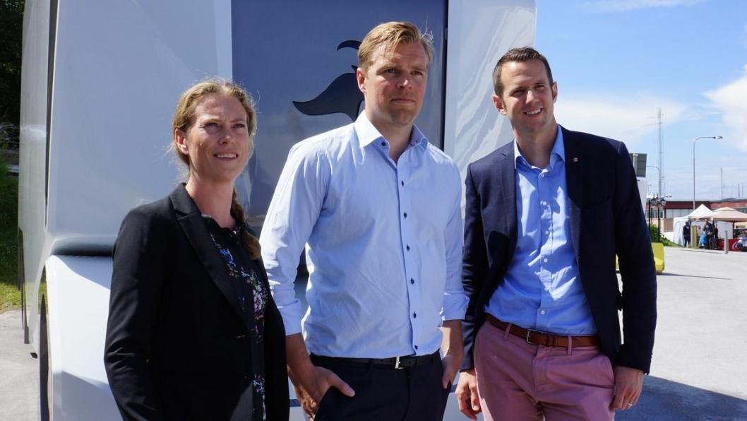 Emelie Hansson, holdbarhetsansvarig iLidl Sverige, Robert Falck administrerende direktør i Einride samt Johannes Fieber, administerende direktør i  Lidl Sverige foran den første Einride T-Pod.