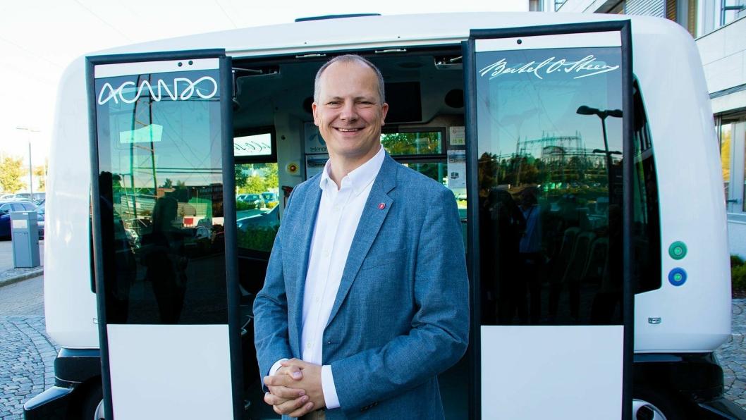 Samferdselsminister Ketil Solvik-Olsen foran en selvkjørende buss i sommer.