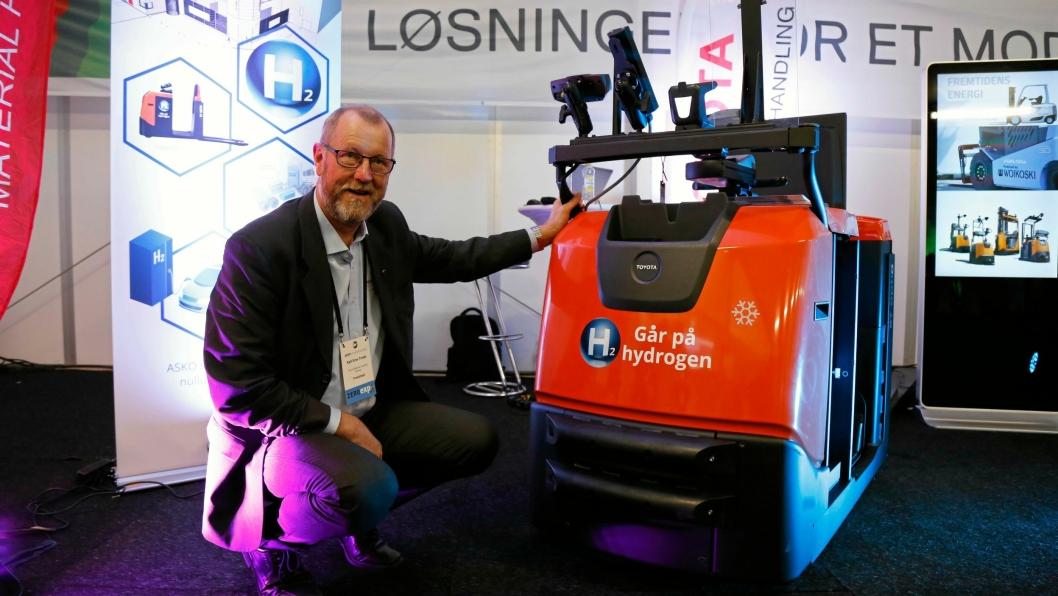 PÅ ZERO: Produktsjef Kjell Einar Totsås i Toyota Material Handling Norway AS med den ene BT-plukktrucken på hydrogen som skal til ASKO i Trondheim.