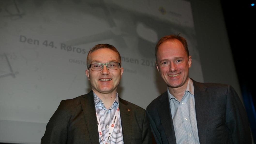 Klokken 10 fredag sparket konferansier Trygve Bragstad (t.h.) og styreleder i Logistikkforeningen, Lars Inge Fenes, i gang den 44. Røroskonferansen. Foto: Per Dagfinn Wolden