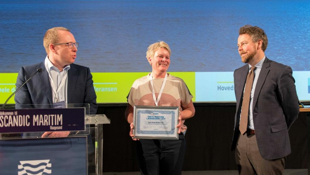 Daglig leder Arild Hoff og mannskapssjef Siw Svanevik i Egil Ulvan Rederi AS tok i mot prisen fra næringsminister Torbjørn Røe Isaksen.