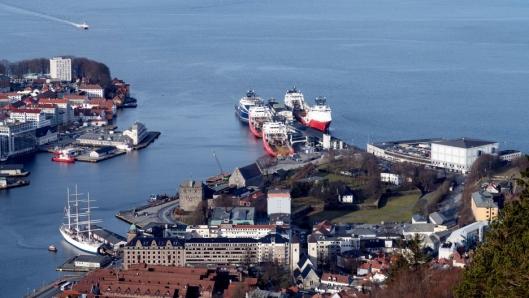 Bergen har hat store utfordringer med utslipp fra skip i havna. Nå reduseres det med landstrøm.