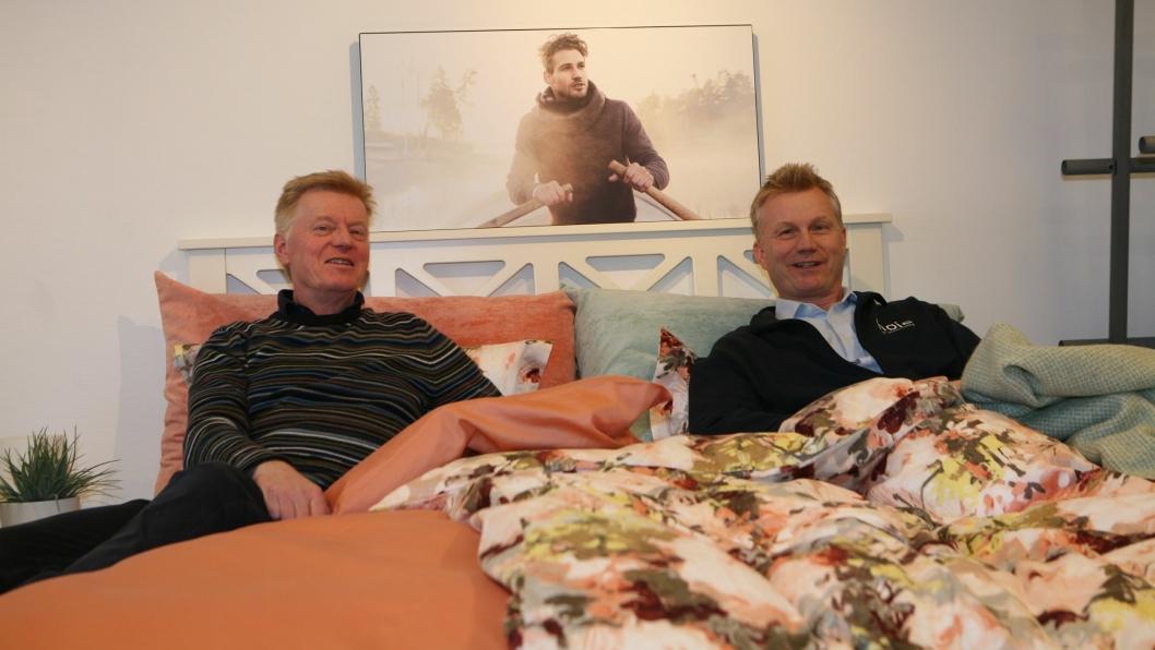 ANBEFALES: Innkjøpssjef og logistikkansvarlig, Fredrik Manum (t.v.) og adm. direktør Glenn Andersen anbefaler å gå under dyna med Mascot Høie. Foto: Per Dagfinn Wolden