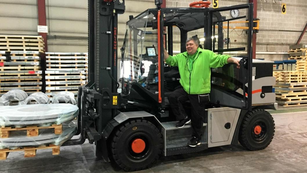 OVERBEVIST: Sjåfør Bjørn Larsen er meget godt fornøyd med å kjøre elektrisk stortruck.
