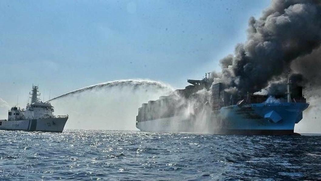 Den indiske kystvakten drev torsdag fortsatt med sluknings- og redningsarbeid rundt Maersk Honam. Foto: Indisk kystvakt