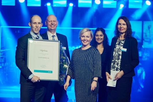 Coop fikk PostNords miljøpris. Fra venstre Magnus Røine (Coop), Gustaf Rabo (PostNord), Kristine Martinsen (PostNord), Susanne Wimalanathan (PostNord) og May-Kristin Willoch (PostNord).