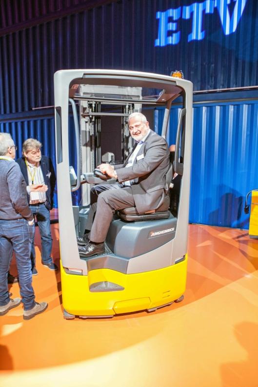 Jungheinrich ETV 216i er bygget rundt et selvprodusert, modulært batteri, og gir dermed føreren - i dette tilfellet Arne Husborn i Jungheinrich Norge - både bedre plass og utsyn.