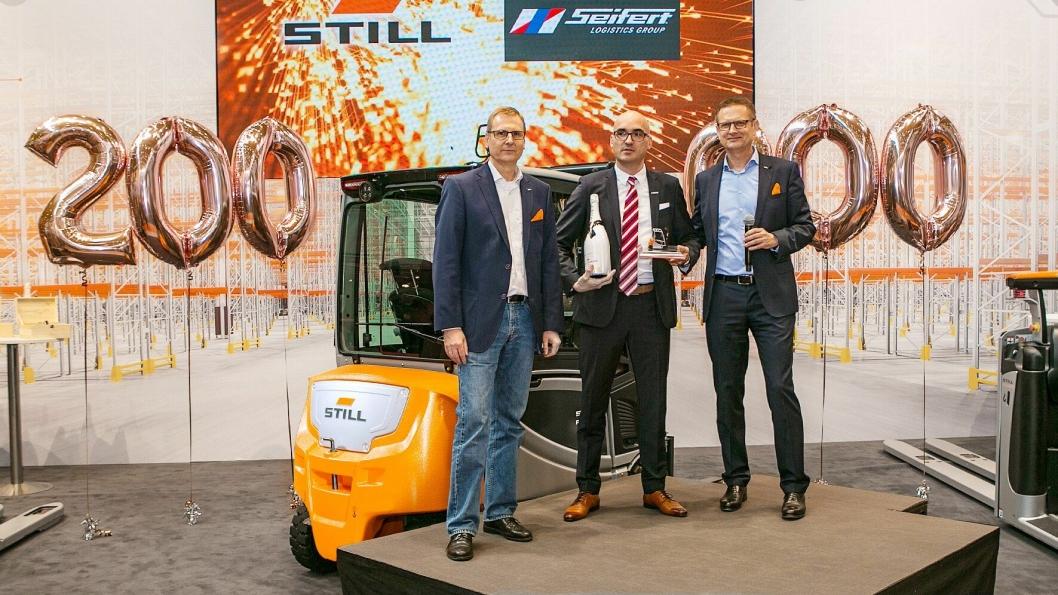 RX-truck nummer 200 000 ble overlevet til administrerende direktør Christian Stoll (midten) i Seifert Logistics Gmbh under LogiMAT 2018.