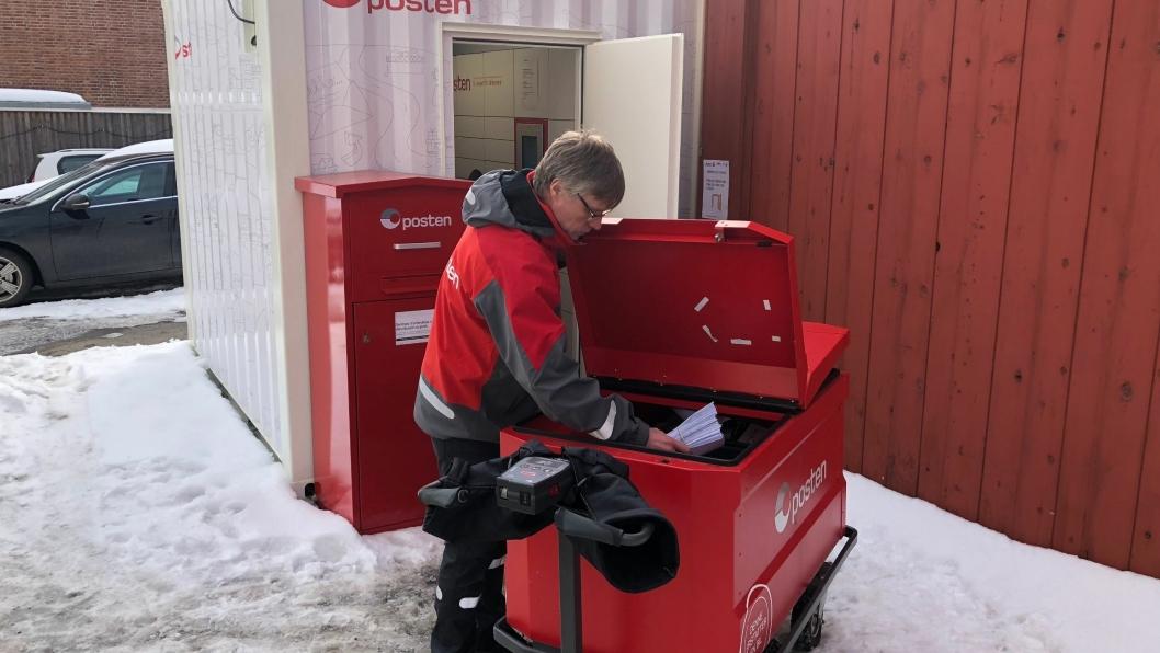 Postbud Svein Kyrre Hamnes med dagens leveranse av pakker og brev til postautomaten i Sandakerveien. FOTO: Posten