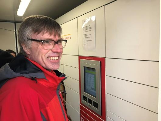 Postbud Svein Kyrre Hamnes inne i automat-containeren. FOTO: Posten