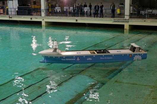 Modell av MV Yara Birkeland, verdens første autonome containerskip ble i høst testet hos Sintef Ocean i Trondheim. Kongsberg er sentral i utviklingen av fartøyet.