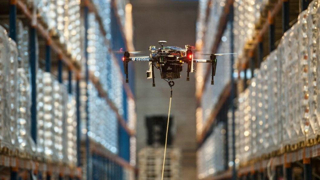 Automatisk varetelling på lageret med drone kan være en arbeids- og tidsbesparende prosess.