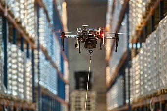 Smart bruk av flyvende drone på lager