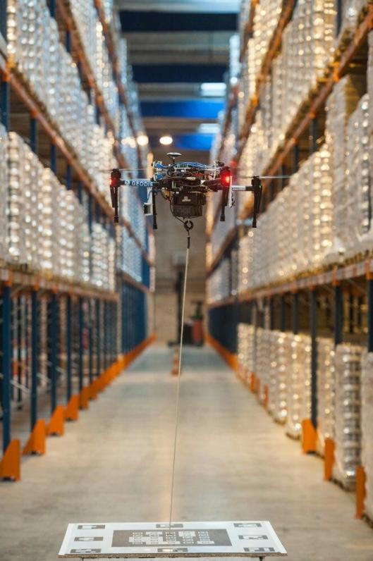 Dronen er koblet til en robot på bakken, som blant annet forsyner dronen med strøm til lange oppdrag.