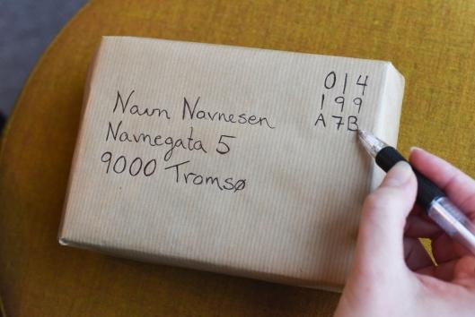 Det digitale frimerket skrives som en kode å pakken eller brevet som skal sendes.