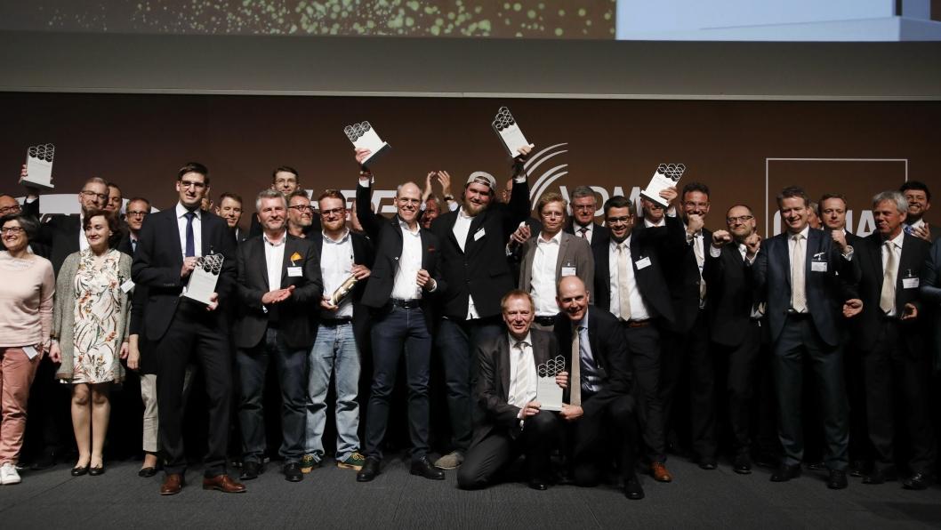 Alle prisvinnerne sammen med juryen etter utdelingen.