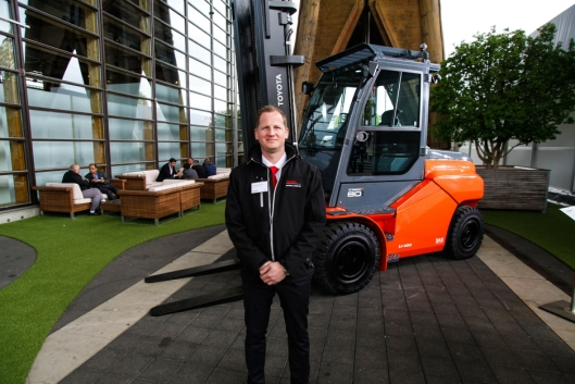 Hans Kristian Rønning er norsk representant på Toyota-standen under CeMAT i Hannover denne uken.