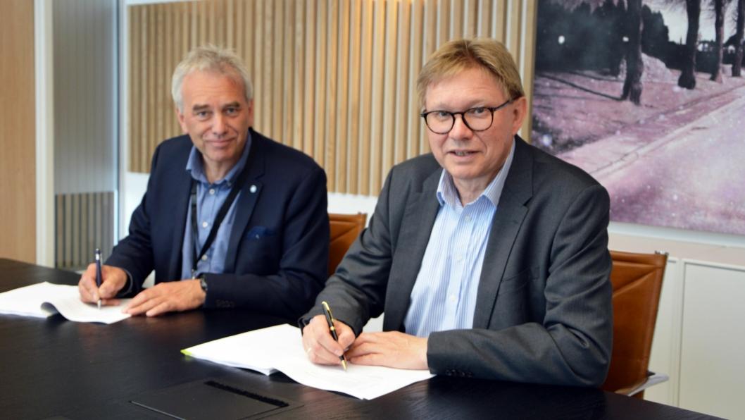 Avtalen om å bygge ligninlager på Øraterminalen i Fredrikstad underskrives. Havnedirektør i Borg Havn IKS Tore Lundestad (t.v.) og administrerende direktør Per A. Sørlie fra Borregaard.