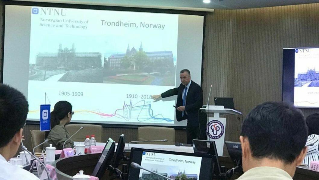 Logistikkprofessor Ola Strandhagen ved NTNU er i Shanghai i anledning et State-of-the-art logistikklaboratorium for bachelor- og masterstudenter.