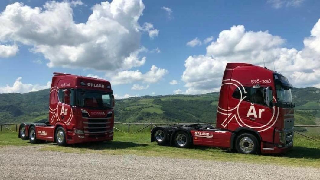 To biler, en Volvo FH 650 og en Scania R 650, sto klare med spesialdesignet jubileums-dekor da Ørland Transports jubileumsfølge besøkte Italia i pinsehelgen.