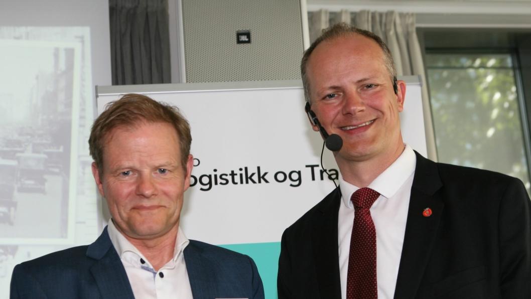 Samferdselsminister Ketil Solvik-Olsen understreker overfor NHO LTs leder, Are Kjensli, at alle må være med i kampen mot ulovlig kabotasje. Foto: Per Dagfinn Wolden