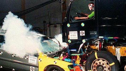 Sikkerhet er ikke bare viktig for personene som sitter i lastebilen. Ved frontkollisjoner med biler er Volvo FH utviklet for å trekke seg bakover slik at den kan absorbere noe av energien. Volvo Trucks innførte denne funksjonen lenge før den ble obligatorisk.