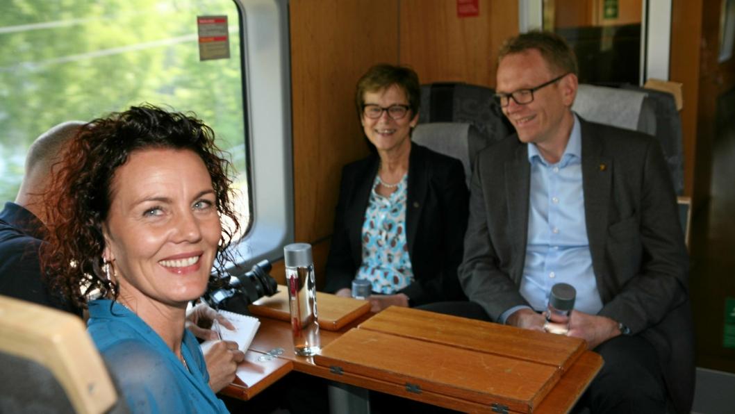 – Dette er bare fantastisk, sier Iveland-ordfører Gro Anita Mykjåland (Sp). For ett år siden åpnet hun sidesporet for transport av Voss-vannet med elektrisk tog i stedet for dieseldrevne vogntog til utskipningshavn i Kristiansand. Foto: Per Dagfinn Wolden