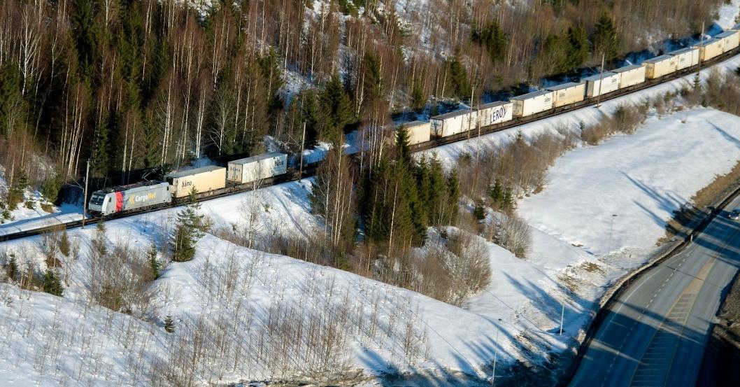 Rett ved veien, ligger jernbanesporet ofte ubrukt. Her et sjeldent tilfelle av det motsatte, da BAMA Logistikk sendte et eget tog med varer til Bergen i påsken.
