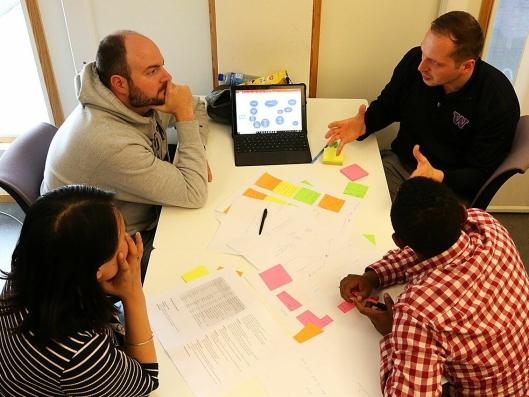 25 studenter fra Universitetet i Tromsø, NTNU i Trondheim og University of Washington ble delt inn i seks grupper som skulle komme med forslag til hvordan laksetransporten kan foregå.