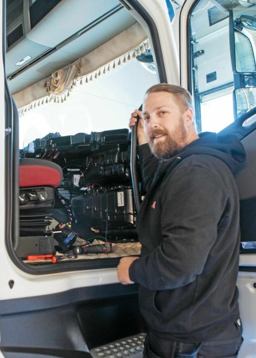 FÅR JOBBEN GJORT: Teknisk ansvarlig hos Alås, Jon Bjune, er klar til å montere alkolås i Vlantanas Volvo FH. Jobben tar et par timer.