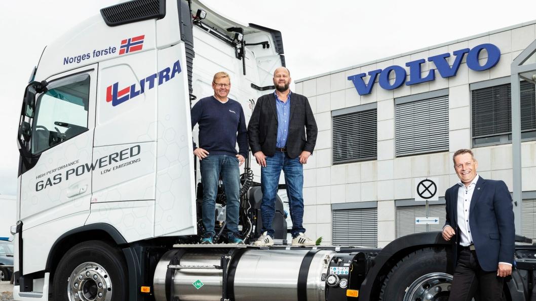 Tre fornøyde karer under overleveringen av Norges første Volvo FH LNG lastebil til Litra Gass AS, fra venstre administrerende direktør i Litra Gass AS, Steinar Karlsen, markeds- og kvalitetsdirektør Morten Tønjumshagen og til høyre produktsjef i Volvo Norge Jo Øystein Nyhus.