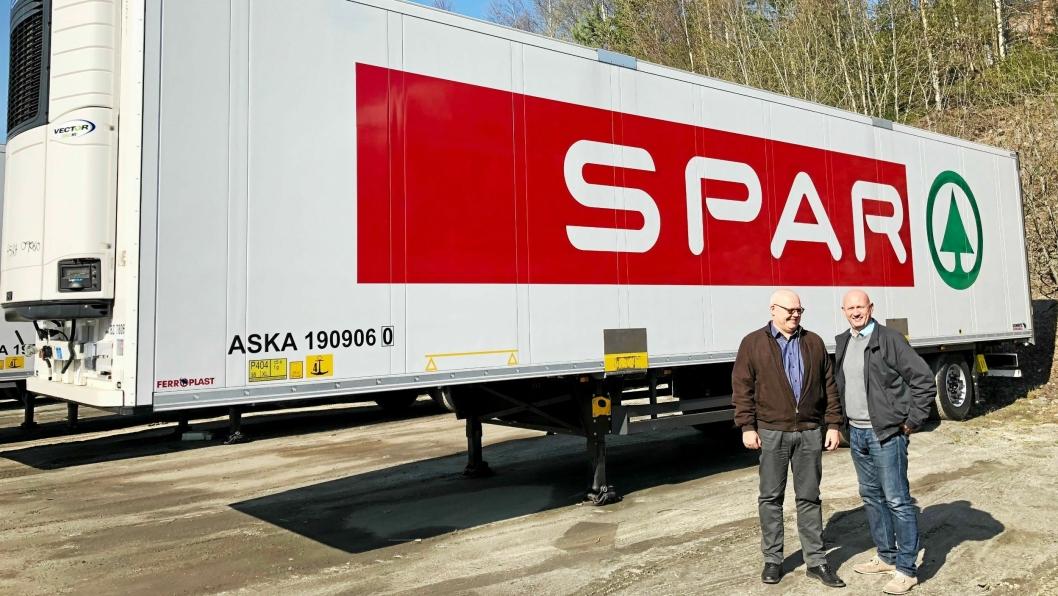 Rune Myhrer, Trafikksjef ASKO Transport AS og Dag Aastorp, salgssjef TIP Trailer Services Norge med den 84. traileren som er levert.