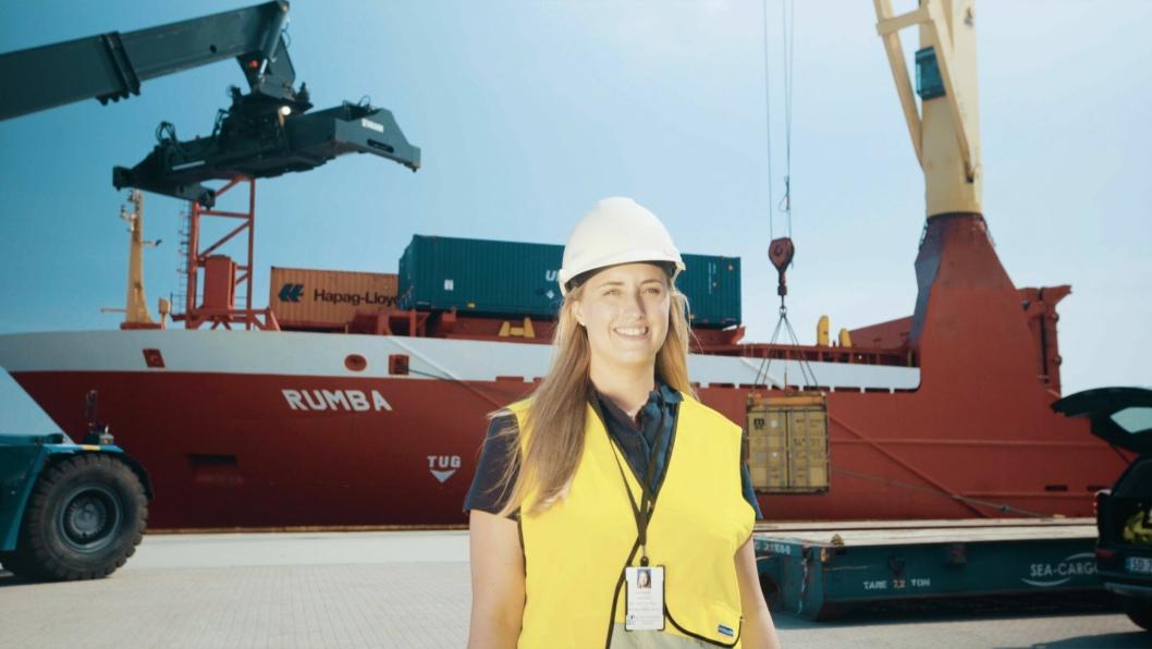 Sales Manager Bente Hetland i NCL viser stolt fram containerskipet Rumba som anløper Karmsund Havn.