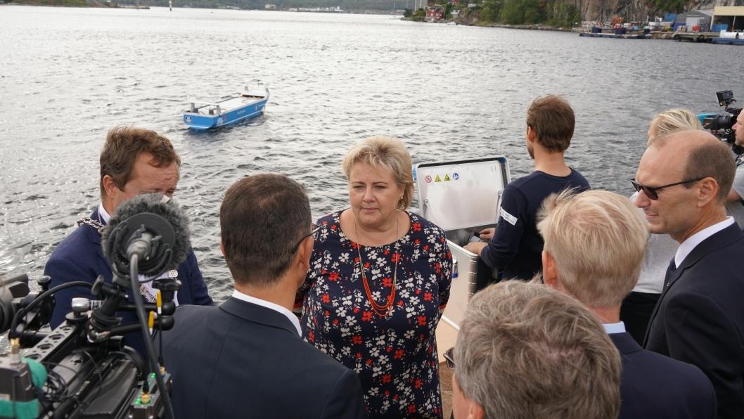 Statsminister Erna Solberg solte seg i glansen fra den norske innovasjonen under signeringen av avtalen.
