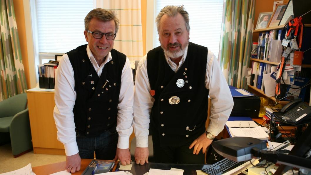 Havnedirektør Rune Arnøy og forretningsutvikler Ragnar Krogstad med den signerte avtalen. Foto: Per Dagfinn Wolden