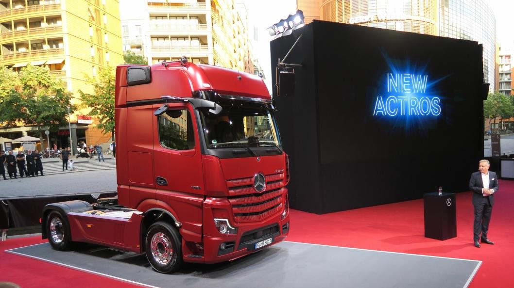 AVDUKET: En stolt Mercedes-Benz sjef Stephan Buckner med siste generasjon Actros.