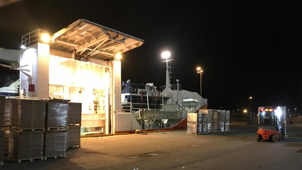 Laster med el-truck: Her lastes 500 paller med emballasje fra Ranheim Paper & Board. Med el-truck reduseres både støy og utslipp under laste/- og lossearbeid.