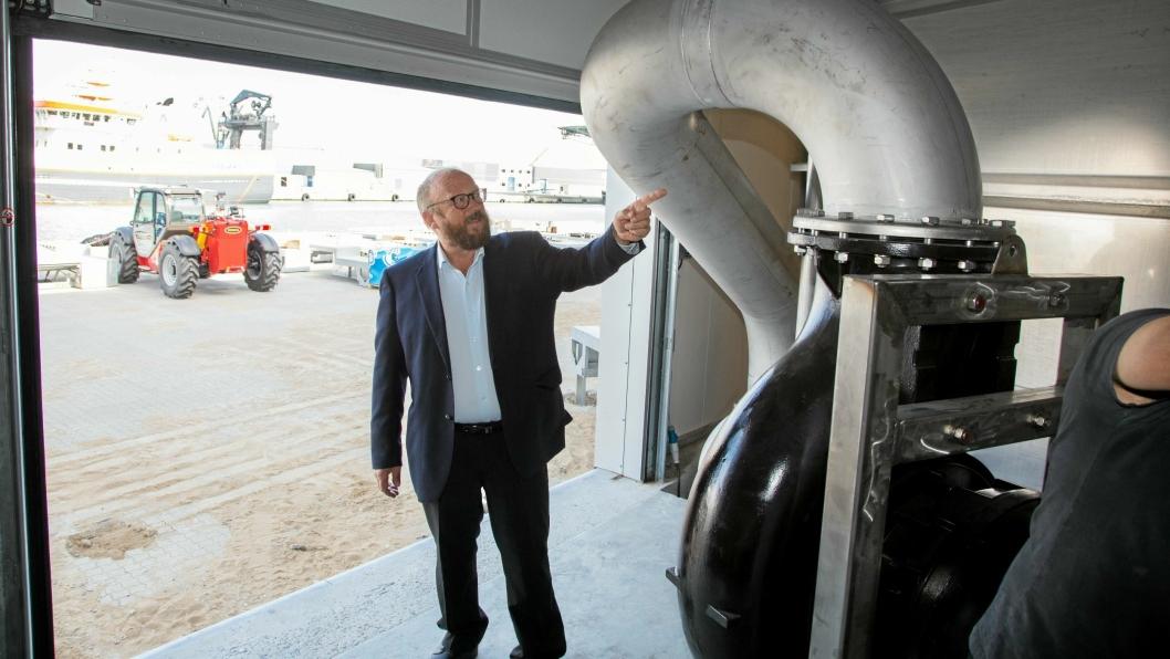 RETT INN: Fisken pumpes inn i anlegget fra slakteskipet, forklarer Carl-Erik Arnesen, om Hav Lines prosjekt, som nå får støtte.