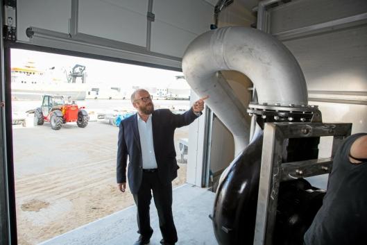 RETT INN: Fisken pumpes inn i anlegget fra slakteskipet, forklarer Carl-Erik Arnesen.
