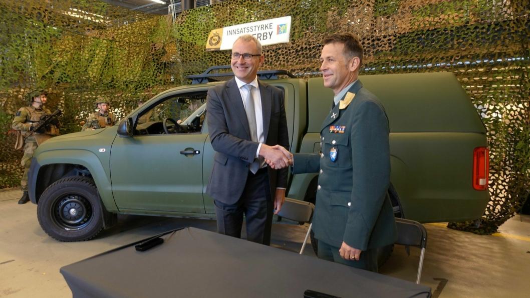 HANDSHAKE FOR PEACE: Håkon Wirak, direktør for Volkswagen Nyttekjøretøy, har solgt minst 360 VW Amarok til Heimevernet og brigader Morten Eggen.