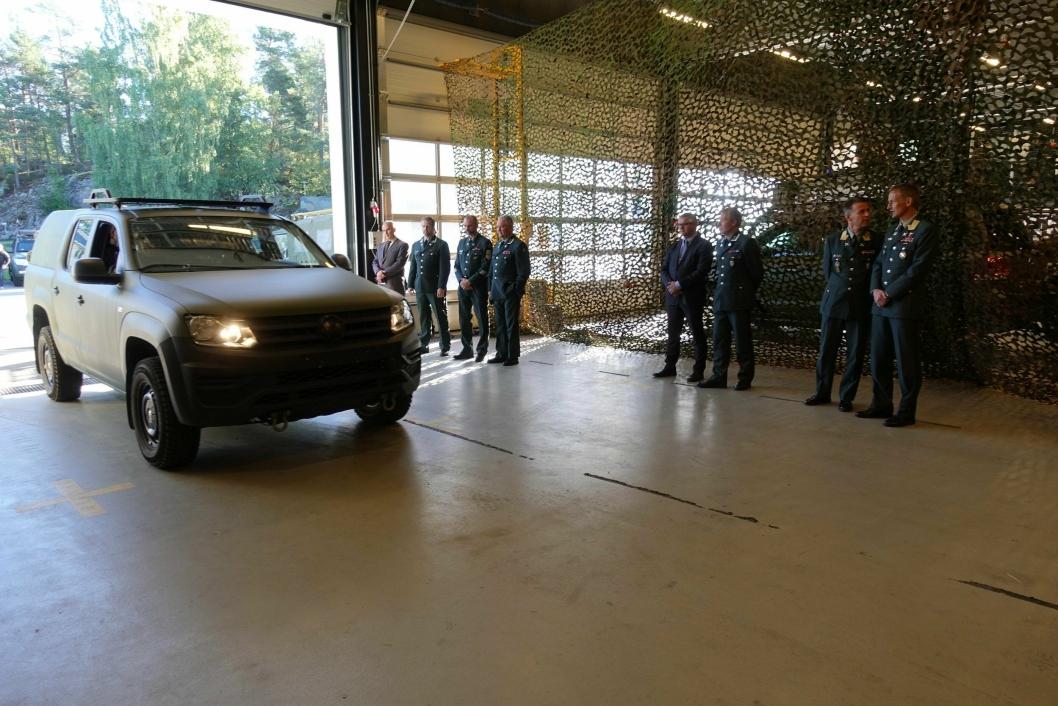 PÅ GELEDD: HVs nye pick up kommer rullende inn til presentasjon i hangaren til innsatsstyrken Derby.