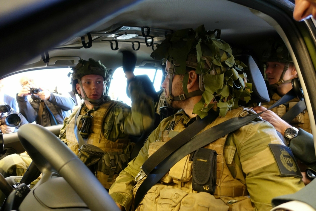 KLARE TIL STRID: Fire stridsklare soldater tester den nye feltvognen.