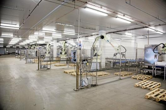 ROBOTER: Pallebyggingen er automatisert med seks roboter.