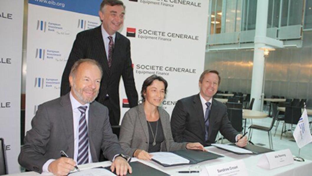 Bilde fra signeringen av avtalen fredag 28. september.