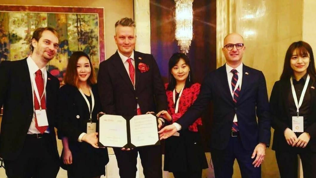 Etter to års intens jobbing er kontrakten i havn og historiens første direktefly mellom Norge og Kina et faktum, kan Avinors fraktsjef Martin Langaas (nr. 3 f.v.) konstatere. Avtalen om flyruten ble signert tirsdag i Beijing under en seremoni i forbindelse med det norske statsbesøket i Kina.