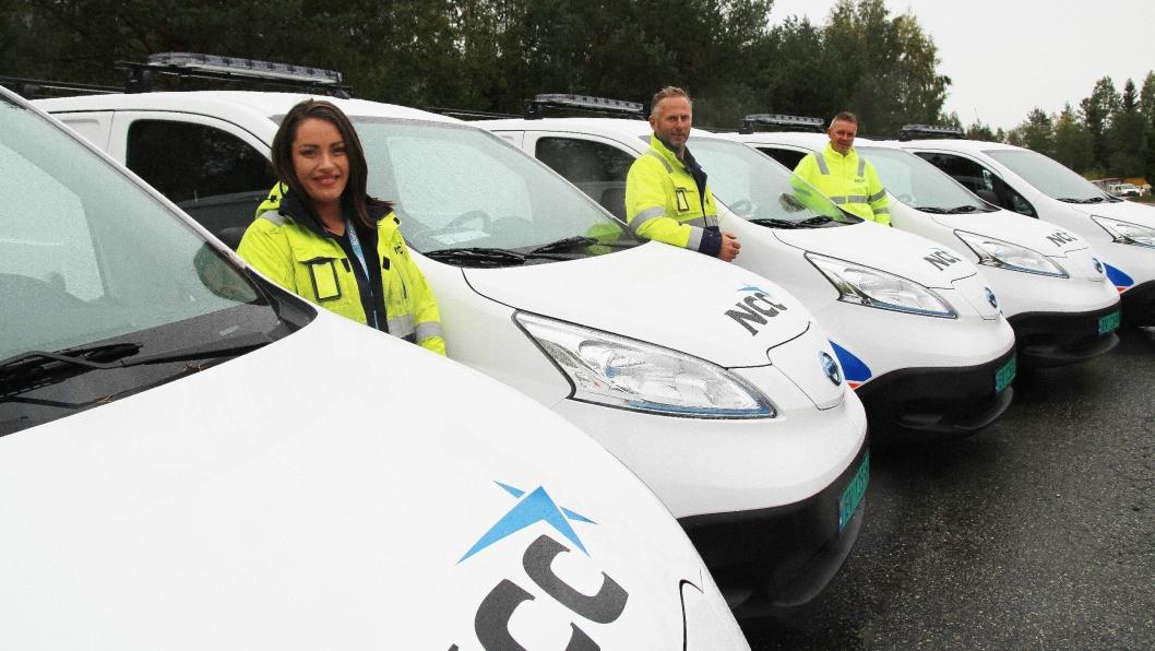 Prosjektkoordinator Thea Sofie Halvorsen Erdal (fra venstre), avdelingsleder VA NCC Oslo Anders Nordengen og områdesjef NCC Oslo, Svein Nilsplass, sammen med de nye el-bilene fra Nissan.