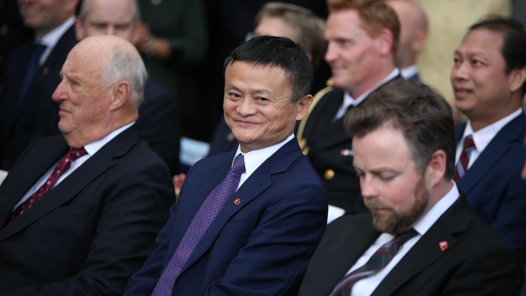Jack Ma er toppsjefen i Alibaba Group og er Asias svar på Amazons Jeff Bezos. Nå skal selskapet hans selge norsk laks til det kinesiske markedet. Her mellom kong Harald og næringsminister Torbjørn Røe Isaksen.