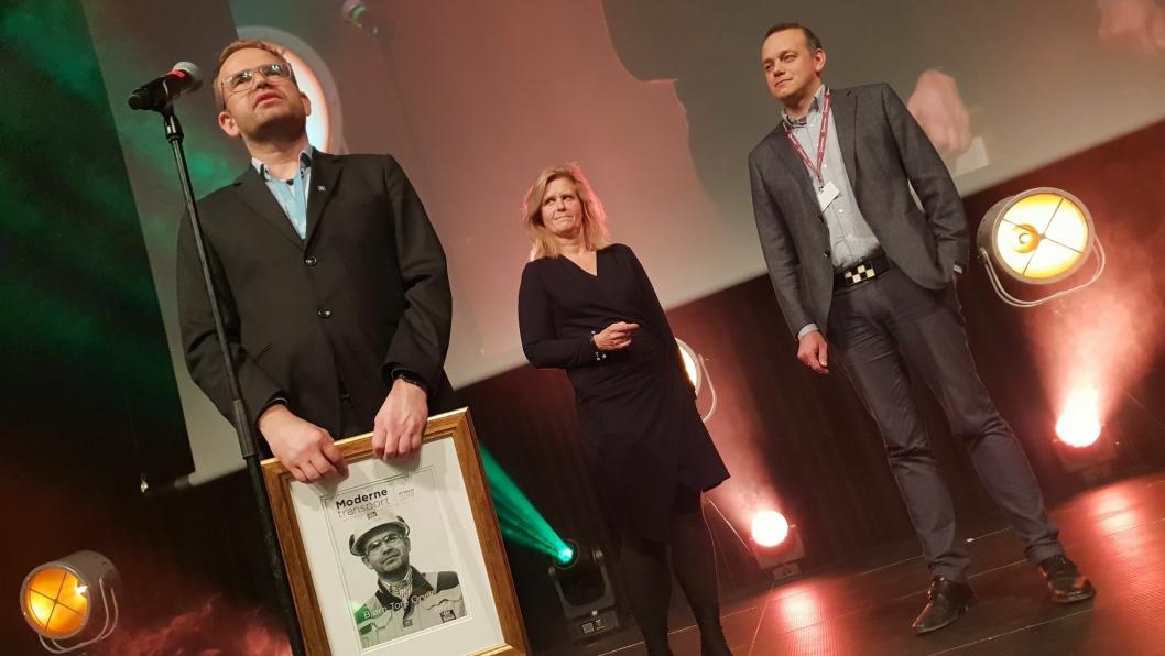 Bjørn Tore Orvik fikk tildelt Moderne Transport-prisen under festmiddagen på Transport & Logistikk på Gardermoen mandag kveld. Bak står juryleder Eirill Bø fra BI og redaktør i Moderne Transport, Øyvind Ludt.