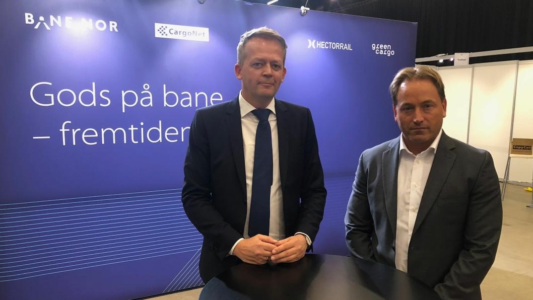 Schenkers Knut Eriksmoen (til venstre) og PostNords Robin Olsen, er slett ikke sikker på om budskapet på Bane NORs vegg på Transport & Logistikk på Gardermoen medfører riktighet.