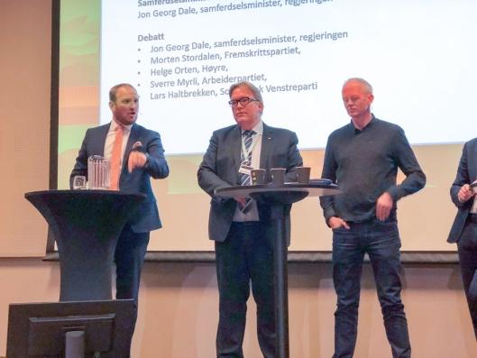 Samferdselsminister Jon Georg Dale (til venstre) kom ikke med noen lovnader om redningsbøyer for gods på bane. Her i debatt med Aps Sverre Myrli og SVs Lars Haltbrekken på Gardermoen.